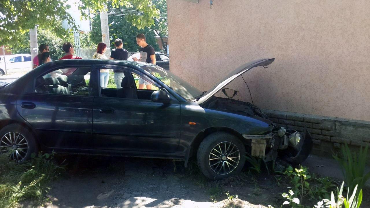 В Таганроге Kia Spectra после столкновения с «ВАЗ-21099» врезалась в стену магазина. ВИДЕО