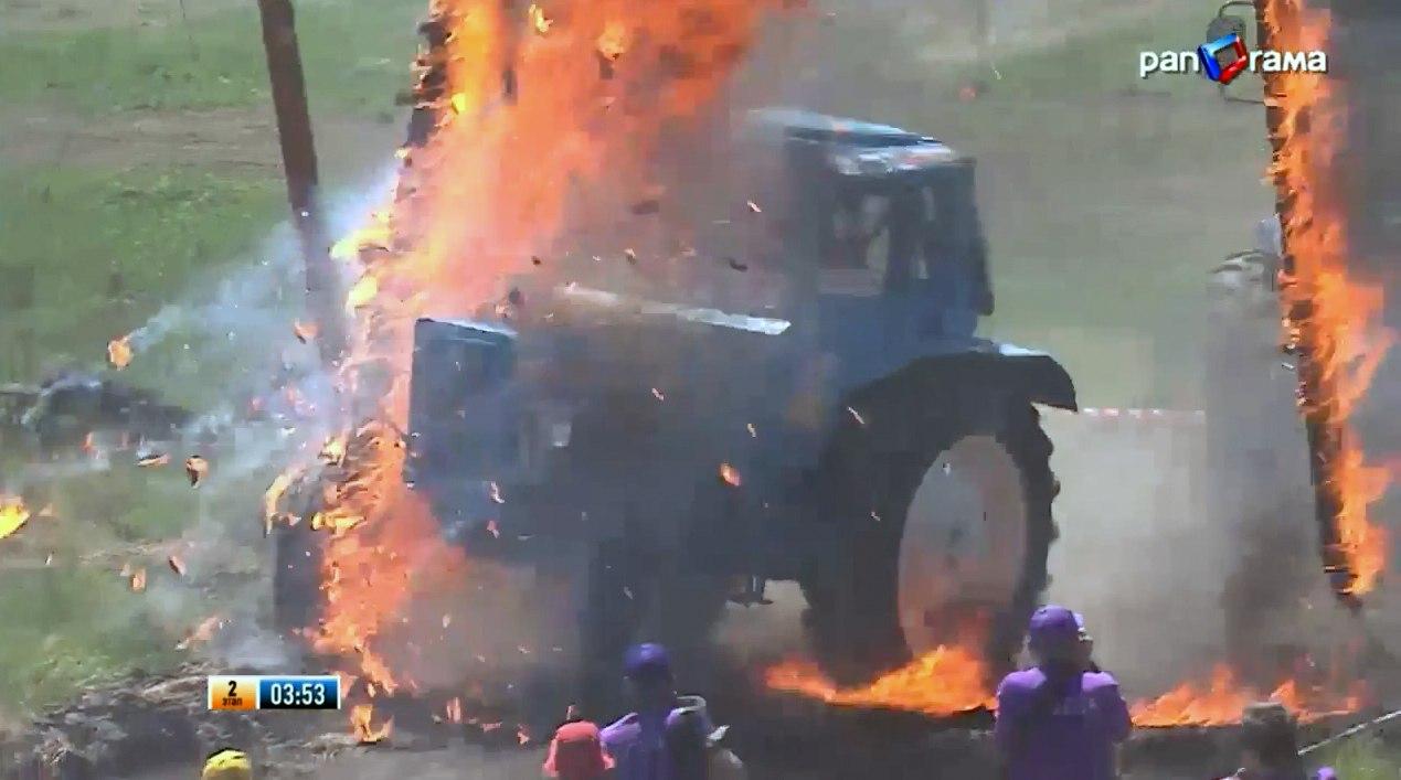 На гонках «Бизон-Трек-шоу-2015» во время заезда загорелся трактор-участник №13