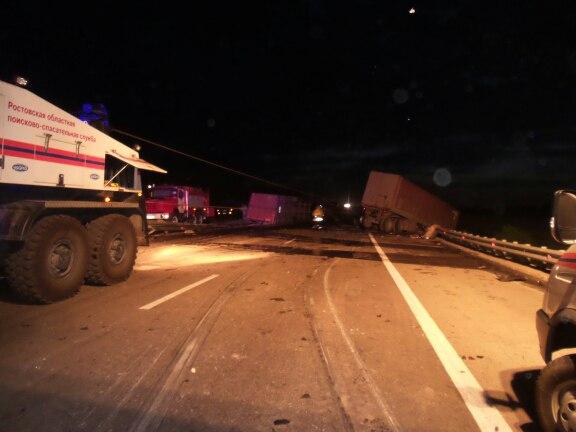На донской трассе столкнулись две фуры, для ликвидации ДТП понадобилась по-мощь спасателей