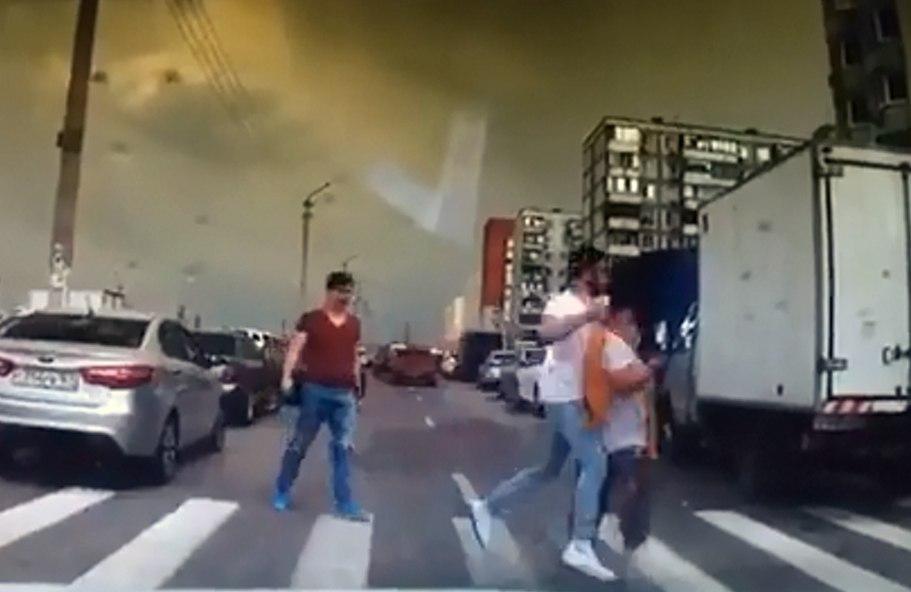 В Ростовской области парень средь бела дня избил женщину на пешеходном переходе. ВИДЕО