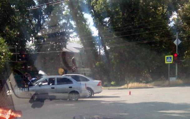 В Таганроге на улице Ломоносова столкнулись Hyundai Accent и Ford Focus