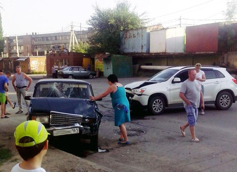 В Таганроге на улице Нестора Кукольника столкнулись «ВАЗ-2107» и Mitsubishi ASX