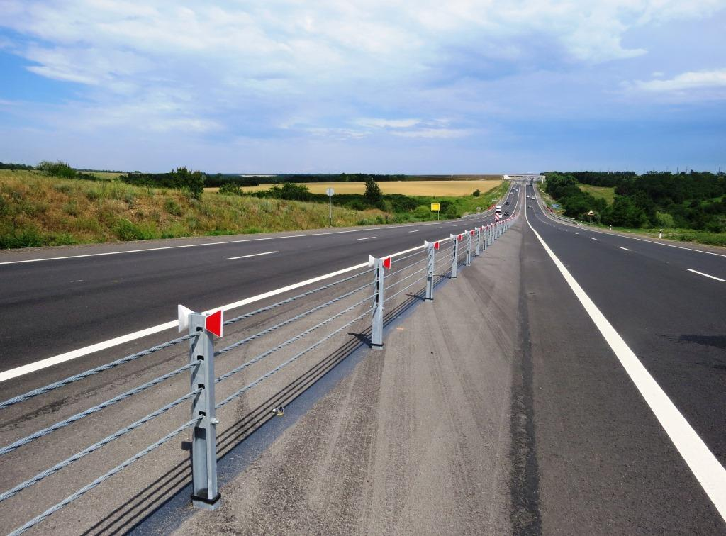 На участке трассы М-23 «Ростов-Таганрог» установили барьерное ограждение