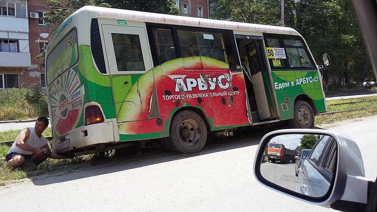 В Таганроге маршрутка №50 с пассажирами едва не перевернулась, объезжая пробку по трамвайным путям