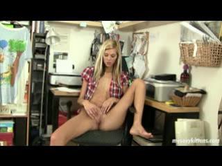 Порно мастурбирует в расстегнутой рубашке, анальный фистинг предметы порно онлайн