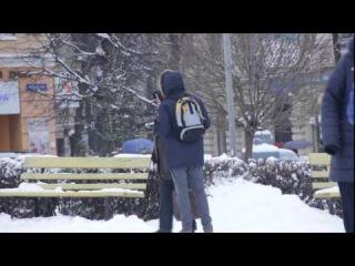 В Черновцах провели социальный эксперимент и увидели реакцию людей на голодного беженца из Донбасса (ВИДЕО)