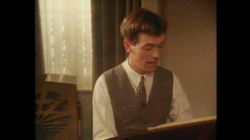 Hugh Laurie (Bertie Wooster) sings