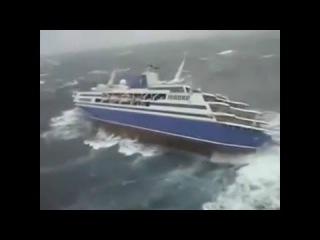 Круизный лайнер попал в шторм, взгляд снаружи судна и внутри