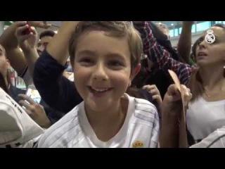 Keylor Navas alegró el día a este fan en el aeropuerto de Vigo