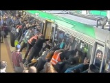 Пассажиры метро в Австралии наклонили поезд и спасли человека.