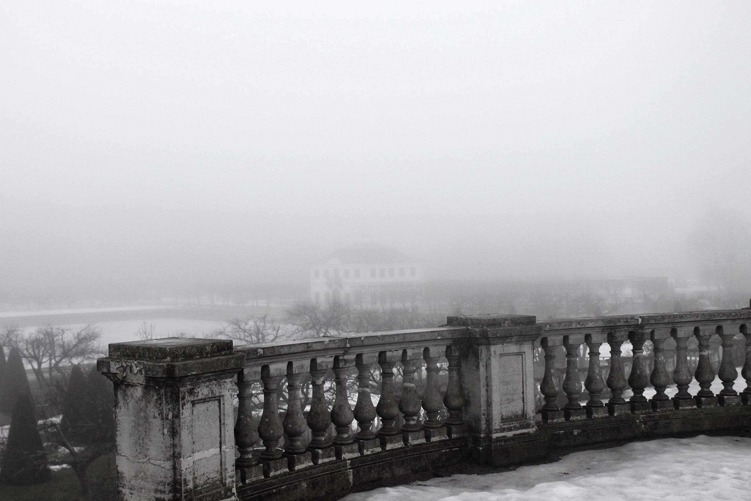 Петергоф, дворец Марли, туман, Марлинский вал