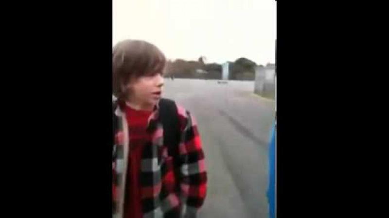 Американский школьник в Лос-Анджелесе прикалывается на русском языке над одноклассниками.