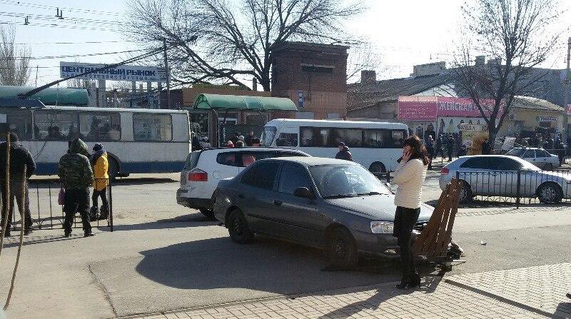 В Таганроге напротив центрального рынка Hyundai Accent протаранил забор и разбил лавочку в щепки