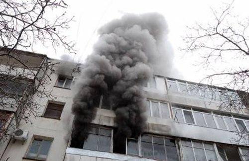 В Таганроге в пятиэтажке на Греческой произошел пожар