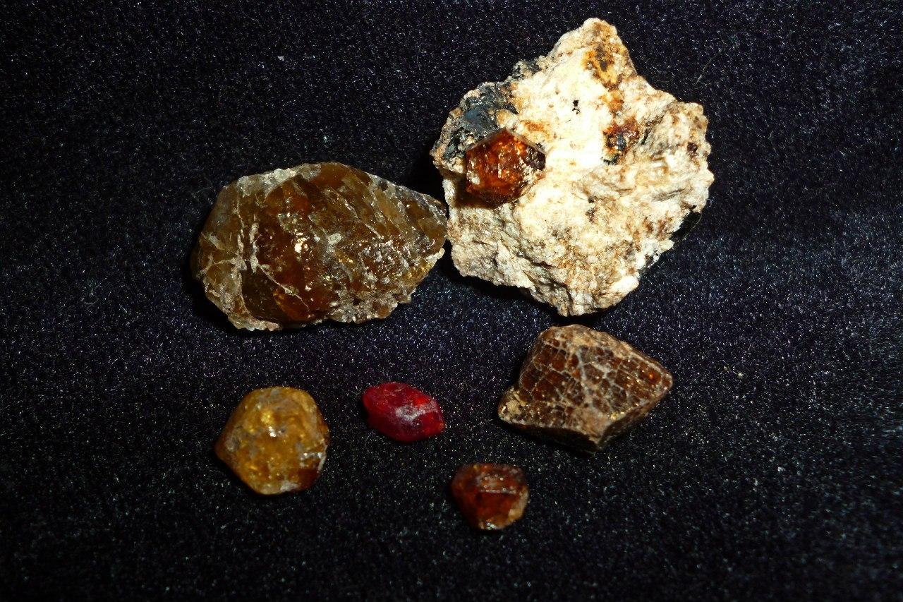 Цирконы. Красноватый посередине- гиацинт (27.03.2015)
