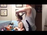 Папа делает дочке прическу пылесосом