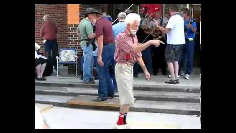 Танцуют дедушки