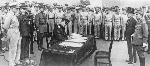 Представитель СССР, генерал-лейтенант Кузьма Николаевич Деревянко, подписывает акт о капитуляции Японии (линкор Миссури, Токийский залив)