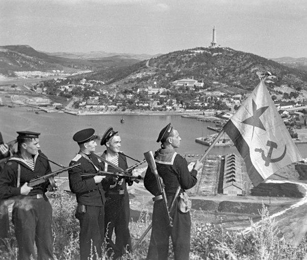 Моряки-десантники Тихоокеанского флота водружают флаг над Порт-Артуром (Китай)