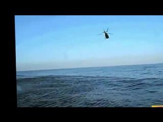 Рыбаки сняли на камеру как НЛО ныряет в воду от военных истребителей