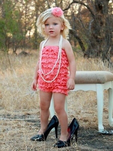 Помады, каблуки, платья, комически, но так мило выглядящие на маленьких дев
