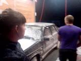 Артем спорит с Дашей как правильно мыть машину Серега злорадственно смеется