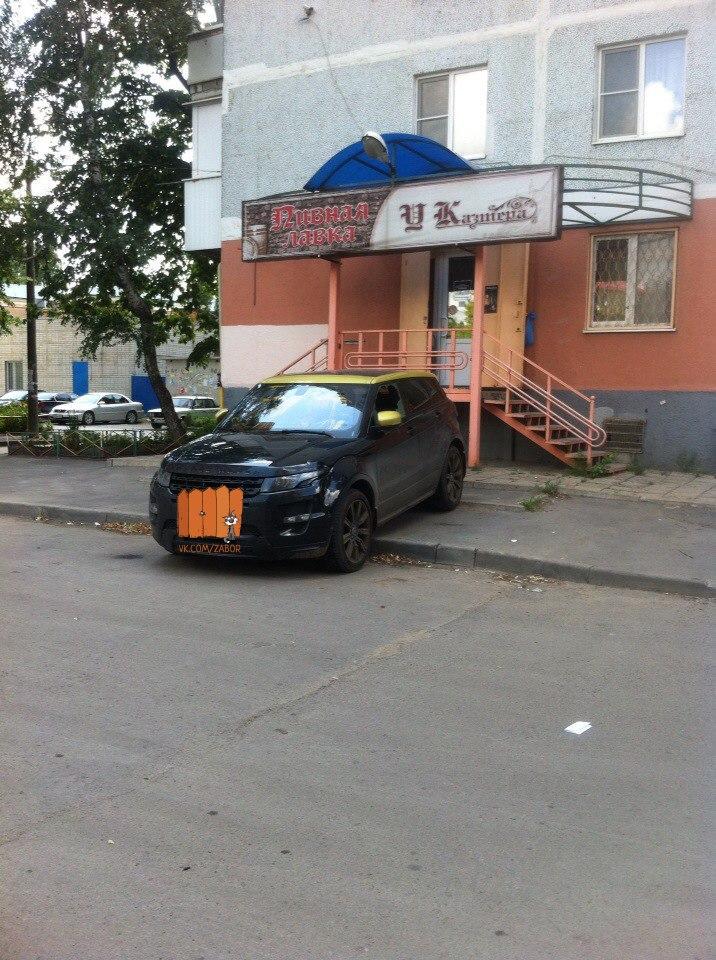 В донской столице неизвестные залили краской салон дорогостоящей иномарки, стоявшей на тротуаре