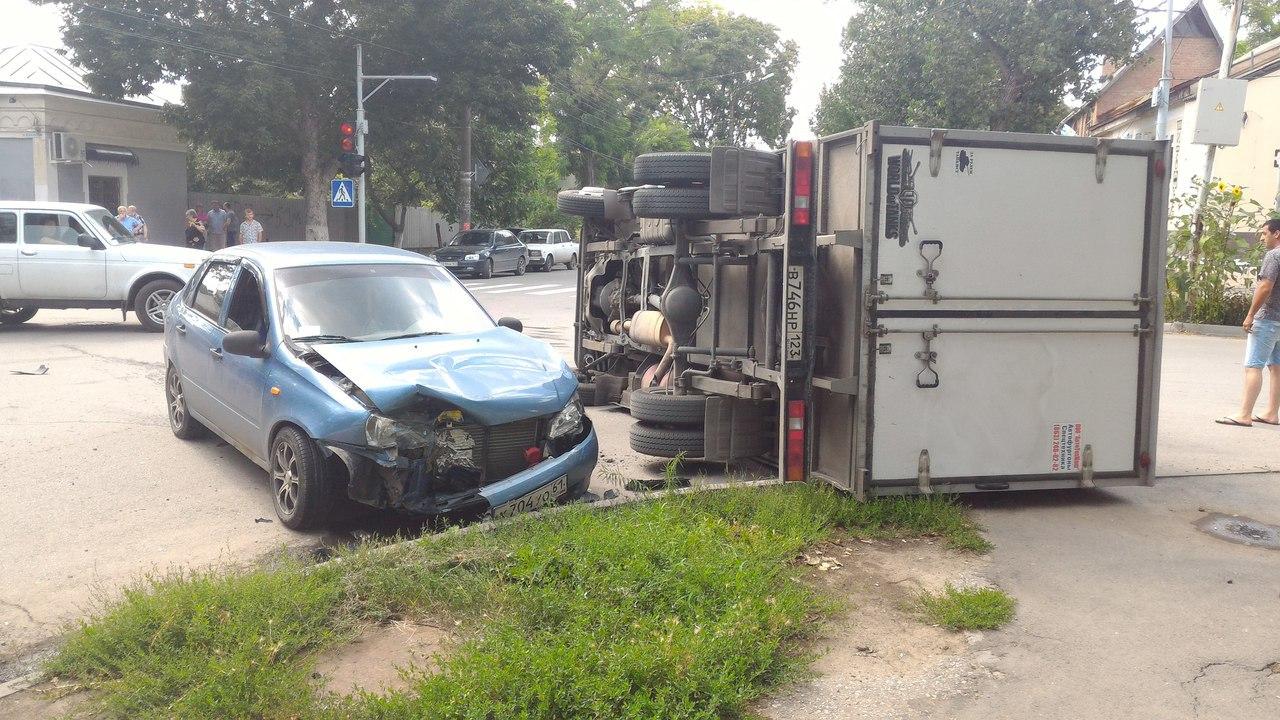 В центре Таганрога в результате столкновения с «Ладой Калиной» перевернулась «ГАЗель»