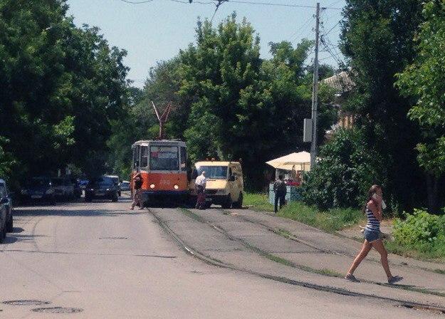 В Таганроге напротив кафе «Фрекен Бок» Mercedes протаранил трамвай №5