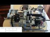 Робот из лего играет на гитаре