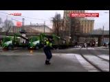 Водители сняли полицейского, танцующего в пробке в Москве