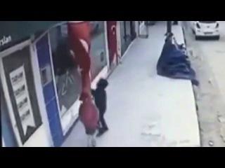 Yolda Yürürken Türk Bayrağını Öpen Çocuk
