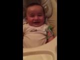 У малыша крутой смех