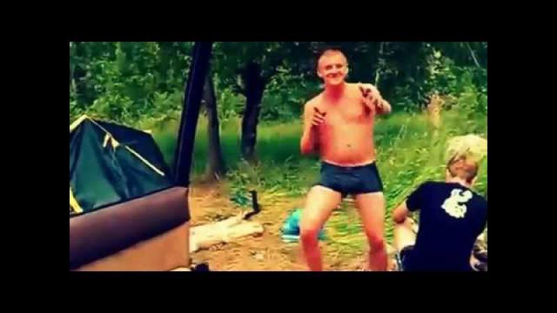 Парень классно танцует. Смотрите, как классно танцует парень на пляже.