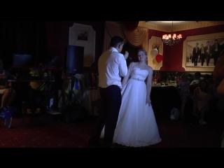 Муж поёт жене на свадьбе