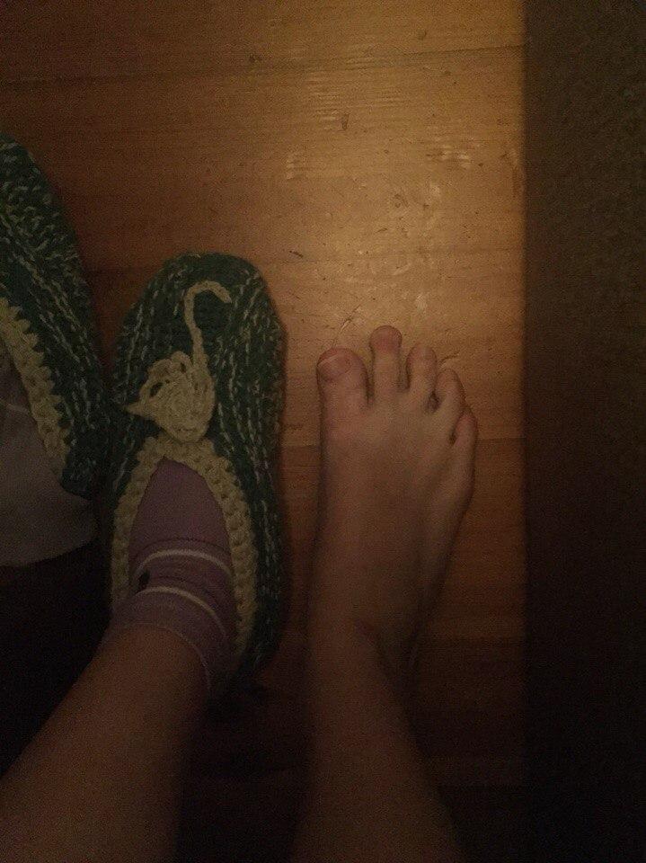 Шлюхи в чулках с накрашенными ногтями на ногах 7 фотография