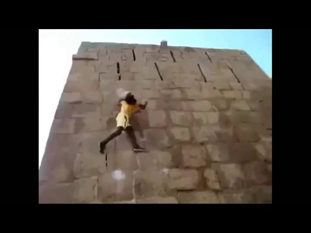 Круто залазит на стену без страховки