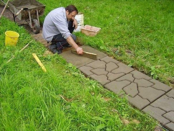 Укладка плитки на садовом участке
