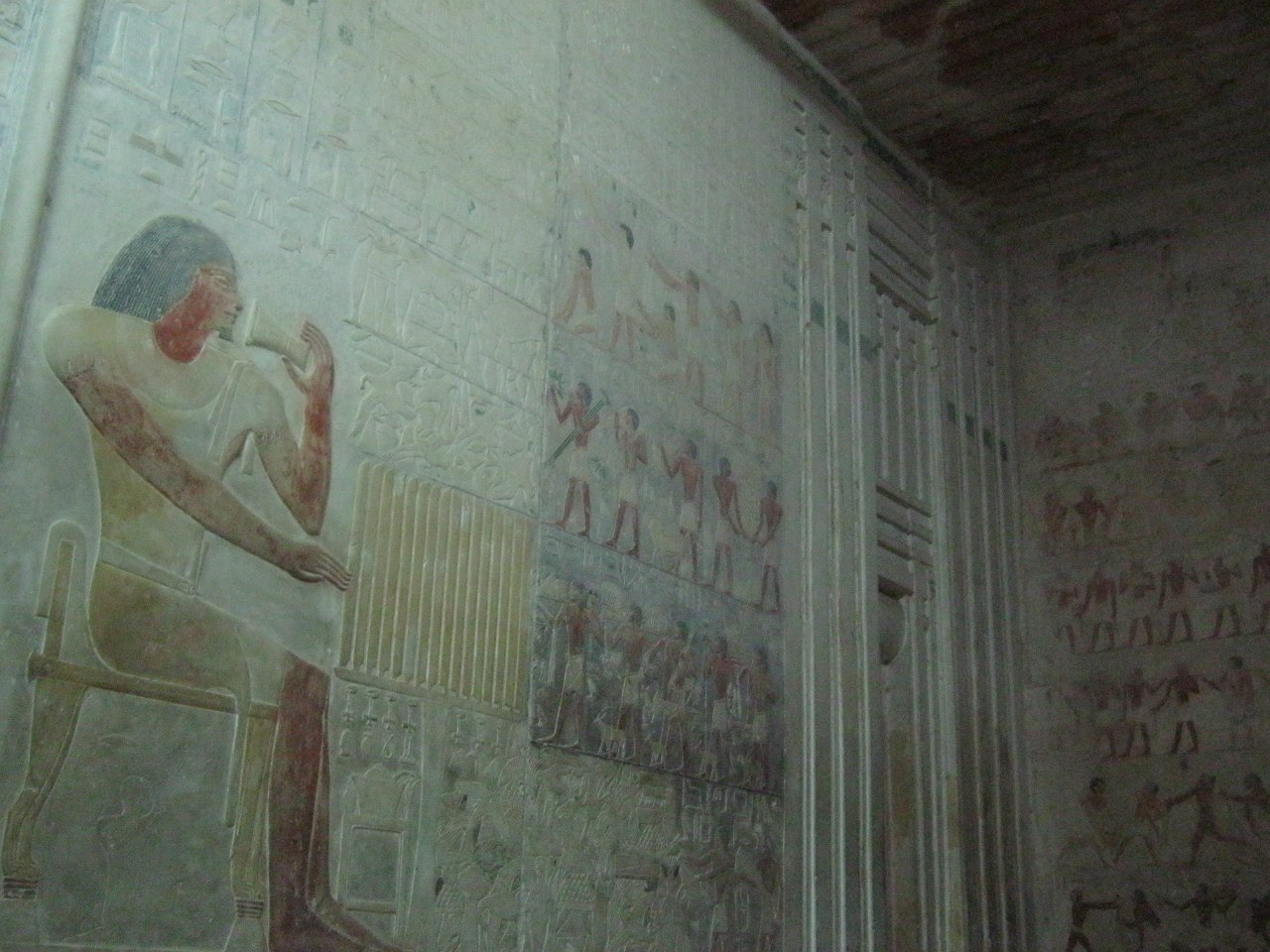 В гробницах - древние рельефные цветные рисунки
