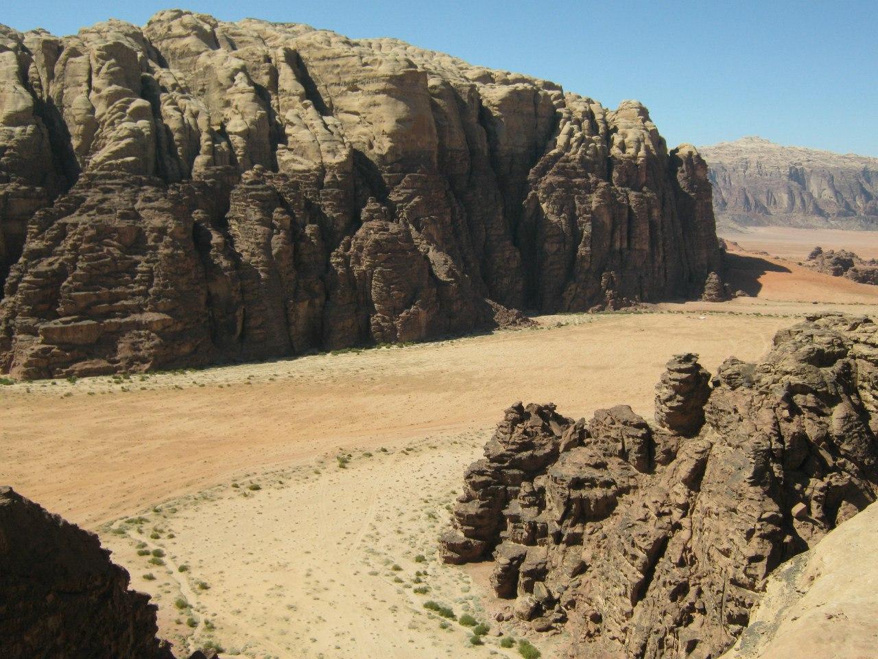 Высохшее русло ручья в пустыне Вади Рам