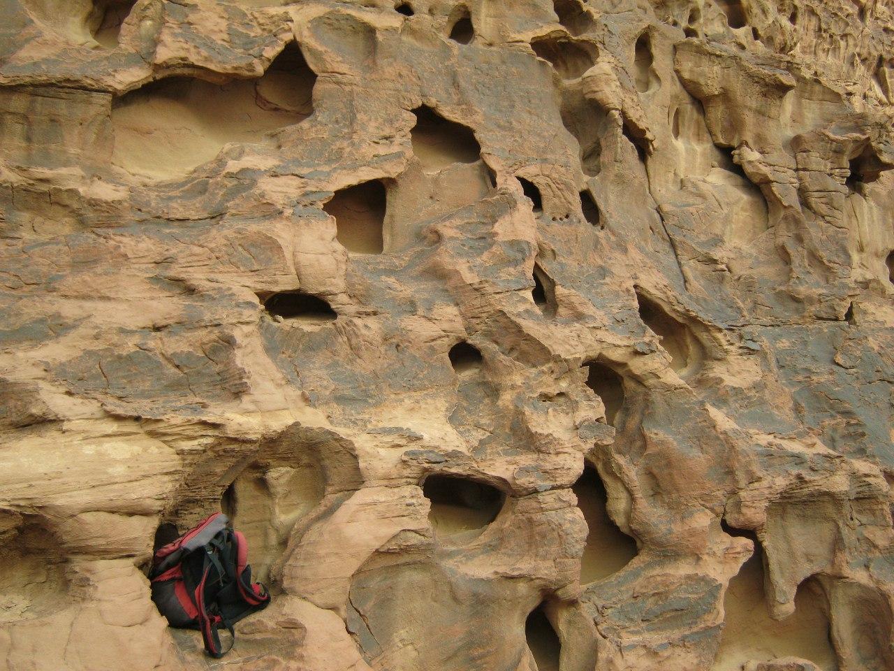 рюкзак в одной из дырок скалы