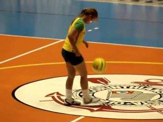 Amazing Soccer Tricks, garota faz embaixadas no intervalo do jogo de Futsal