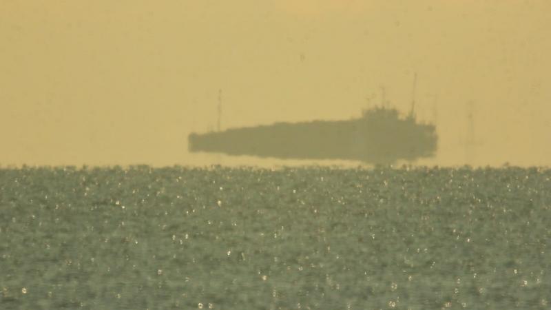 Баржа плывёт по финскому заливу. Объектив МТО 1000ммконвертер x2