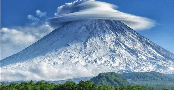 Лентикулярные облака на Камчатке, Россия