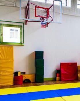 оформление стен в детском саду фото, оформление детского сада фото, виниловые наклейки фото, виниловые наклейки на стену фото, наклейки на стены больших размеров фото, разноцветные круги фото, декор стен кругами фото, круги в интерьере фото, наклейки круги фото, декор спорт зала фото, как украсить детский спорт зал фото