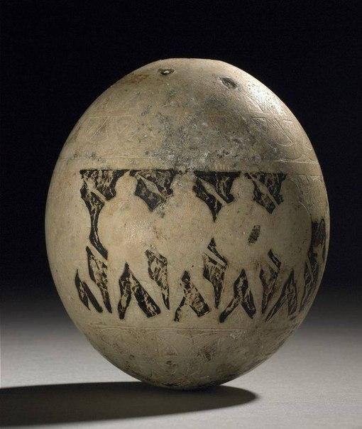Страусиное яйцо с вырезанным рельефом воинов на параде.