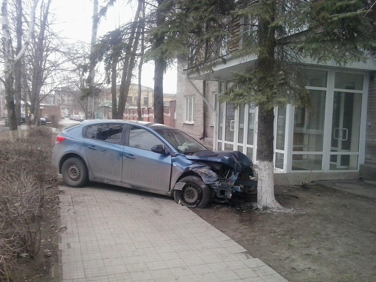 В Таганроге Chevrolet Cruze на полном ходу врезался в дерево