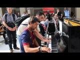 Один пианист хорошо, а два лучше. Просто случайный дует в аэропорту в Париже