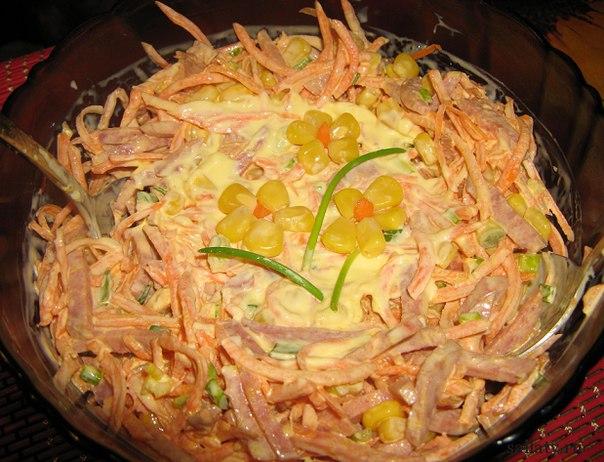Салат с корейской морковью копченой колбасой и капустой