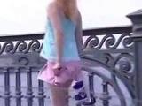 Девушка, короткая юбка, ветер